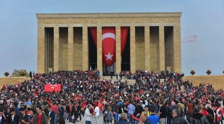 Türk halkının Atatürk'e saygısı ve sevgisi artarak devam ediyor.
