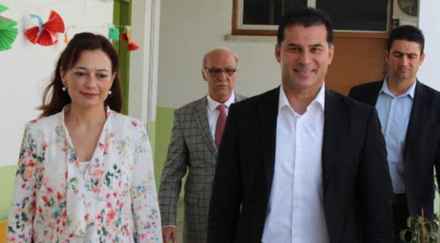 2.5 MİLYON TAZMİNAT İSTEDİ Dilek Özgürgün, boşanma davası süren KKTC Başbakanı olan eşinden 2.5 milyon lira tazminat istiyor...