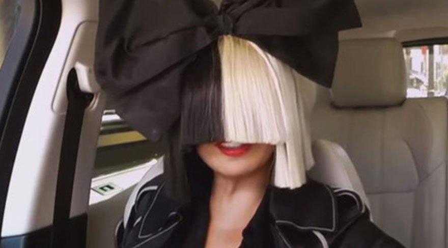 Tehdit edilen dünyaca ünlü şarkıcı Sia, çıplak fotoğrafını kendi paylaştı!