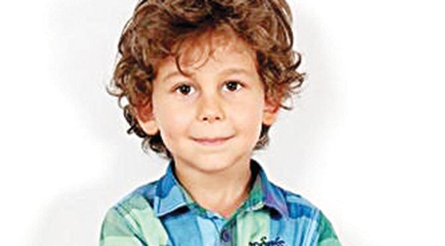 Tatlıtuğ, oğlunu canlandıran Alihan Türkdemir'in bebekliğinin anlatıldığı sahnelerin çekimlerinde objektiflere böyle yansıdı.
