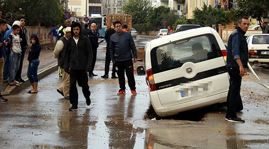 Antalya'da yol çöktü: 2 araç…