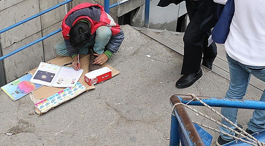 Sokakta hem ders hem de ekmek parası!
