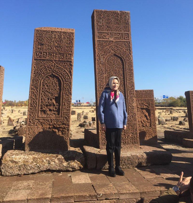 FOTO:SÖZCÜ - Akşener Ahlat'ta, Selçuklu Mezarlığını da ziyaret etti
