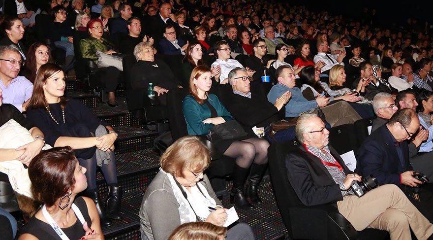 """Frankfurt'taki festival yöneticileri, Ayla'nın yapımcısı ile anlaşmadan """"Açılış filmi"""" diye binlerce kişiyi topladı."""