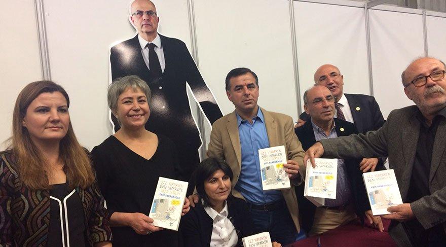 CHP'li vekiller Berberoğlu'nun kitabını imzaladı