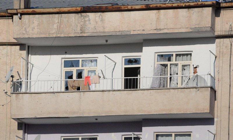 FOTO:DHA - Operasyonun yapıldığı evin dış cephesindeki kurşun izleri dikkat çekti.