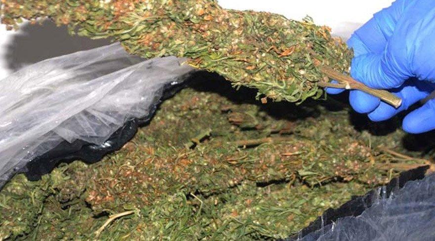 Uyuşturucu satan 5 kişilik aile 1,5 kilo esrarı sobada yakınca…