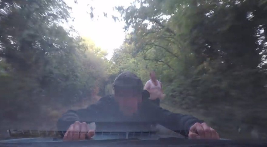 Arabayla yanaşan kadını gasp etmeye çalıştılar