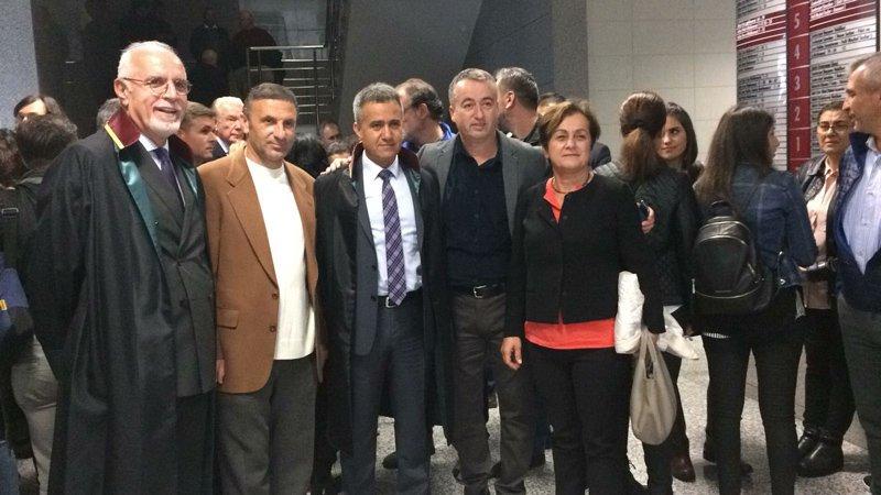 İstanbul Barosu Başkanı Avukat Durakoğlu da (solda en baştaki) duruşmayı izlemek için adliyeye geldi.