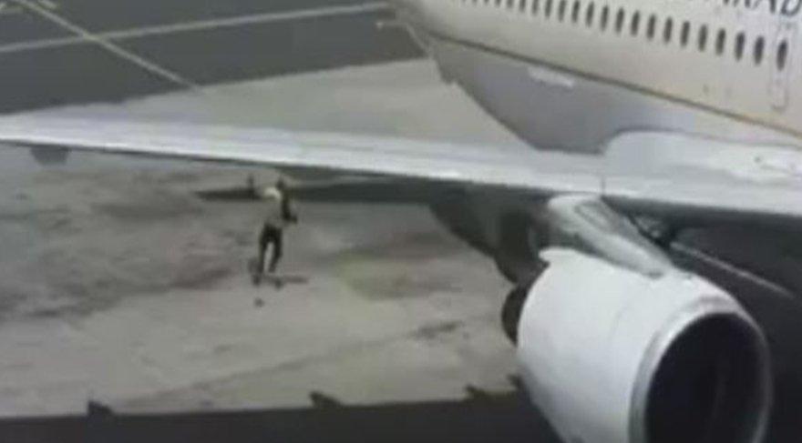 Uçak motoru havaalanı görevlisini metrelerce öteye fırlattı!