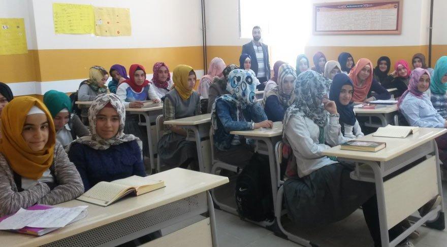 Milli Eğitim Bakanlığı göz yumdu! Sınıftan skandal görüntüler ortaya çıktı