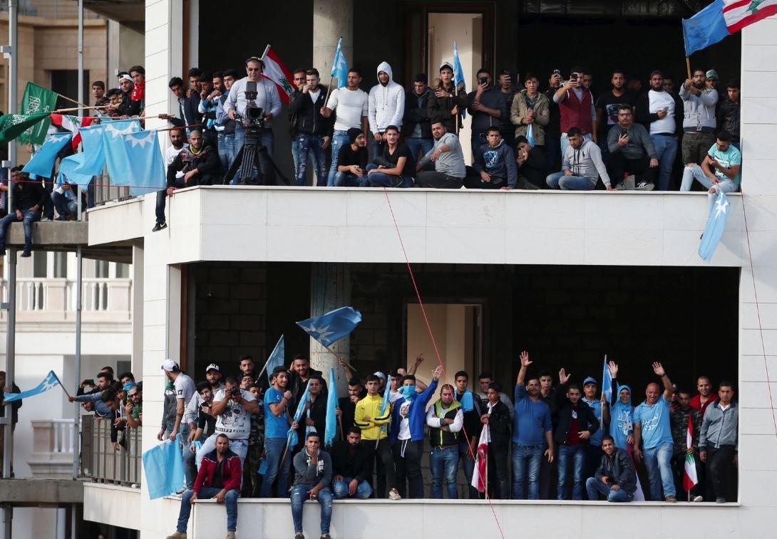 Hariri'nin destekçileri evinin karşısındaki boş binaya çıkarak sevgi gösterisinde bulundu.