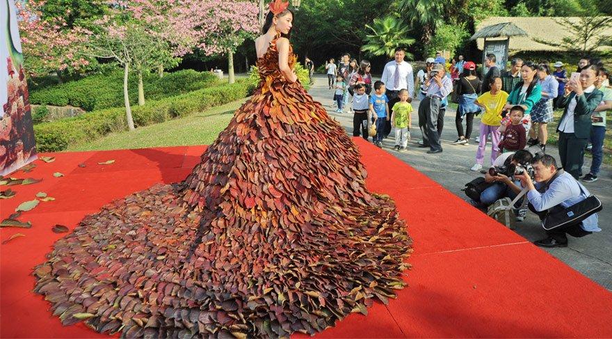 Sonbahar yapraklarından elbise yaptılar