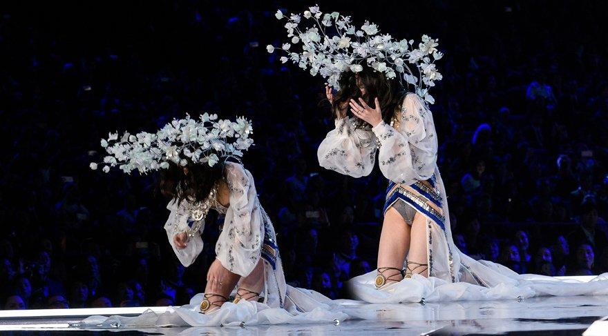 Ming Xi Victoria's Secret defilesinde düştü, ve ülkesinden özür diledi