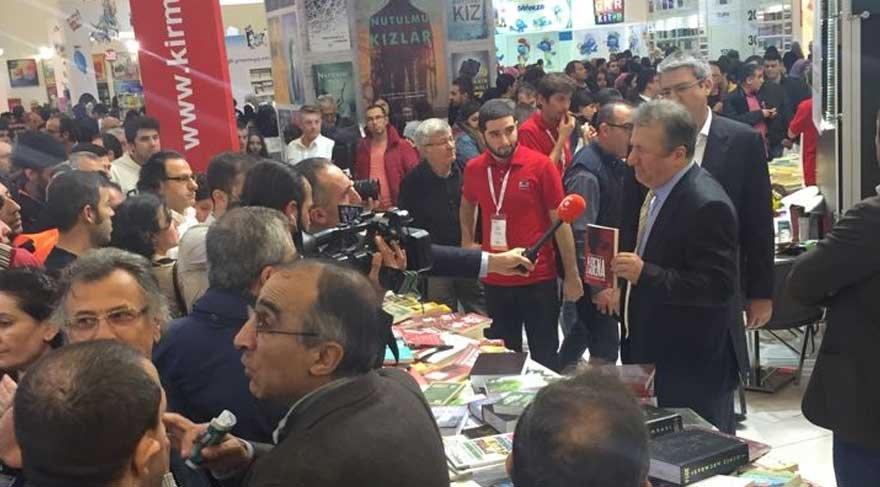 TÜYAP Kitap Fuarı'nda Sabahattin Önkibar'a saldırı!