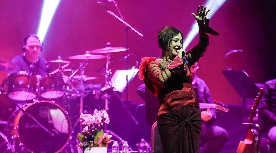 Nazan Öncel merhum eşi Akşit Togay ve Megastar Tarkan'a sahneden seslendi