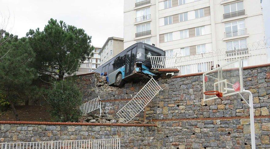 Facia mı dediniz? Otobüs okul duvarına takıldı
