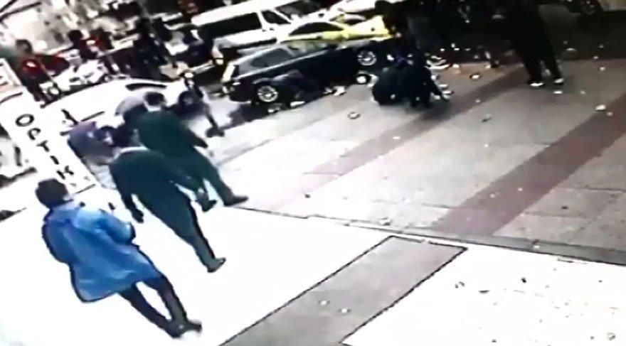 Bu kadarı fimlerde olmaz! Biri demirle dövdü diğeri yola para saçtı