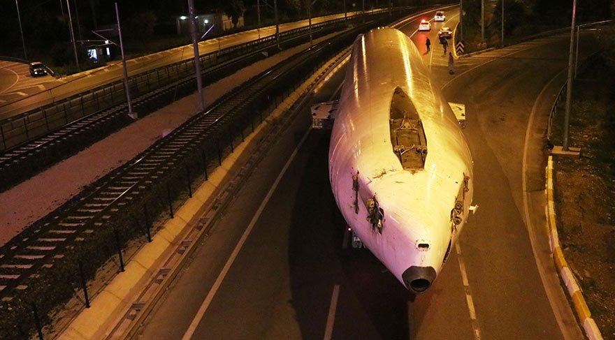 Antalya'da yolcu uçağı şehirlerarası yolda okula götürüldü