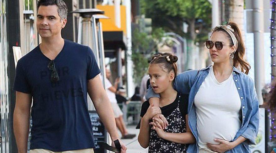 Jessica Alba, ailesiyle birlikte bebek alışverişinde