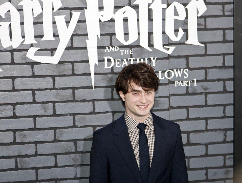 Milyonlarca kişi tarafından beğeniyle izlenen filmlerde Harry Potter karakterine Daniel Radcliffe hayat verdi.