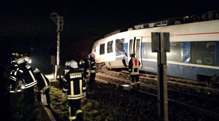 Almanya'da iki tren kafa kafaya çarpıştı!