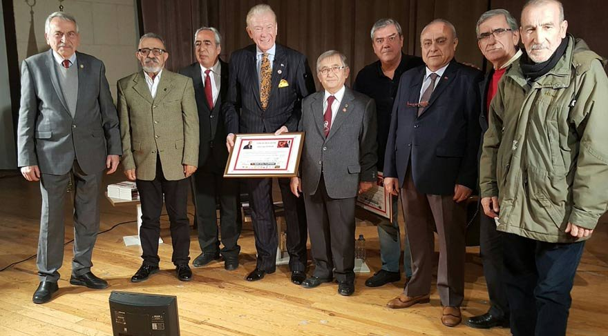 İzmir 68'liler Platformu'ndan Yılmaz Özdil ve Uğur Dündar'a anlamlı ödül