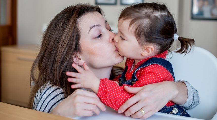 Çocuğu dudaktan öpmek doğru değil!