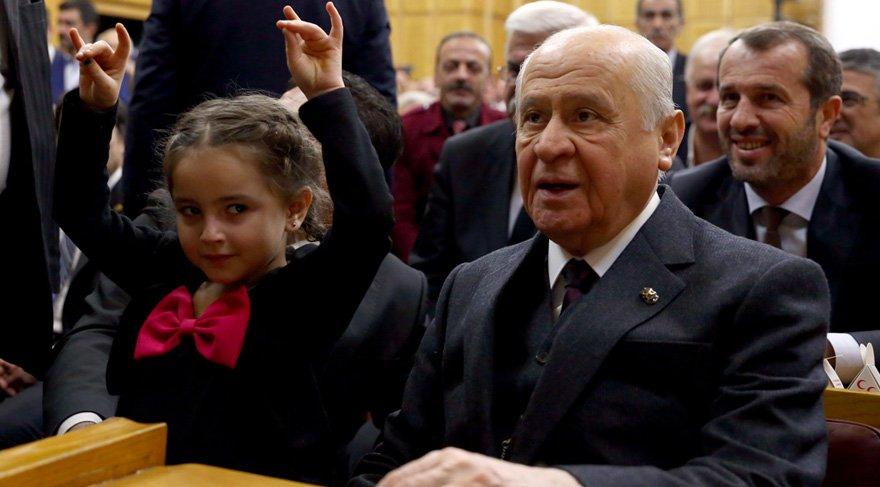 Foto: Zekeriya Albayrak - MHP grup toplantısı öncesi, Manisa Gölmarmara MHP İlçe Başkanı Şakir Can'ın 5 yaşındaki kızı Beril Can Bahçeli'nin elini öptü Bozkurt işareti yaptı.