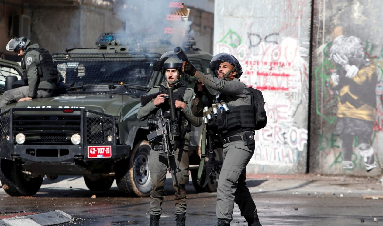 İsrail askeri göstericilere biber gazıyla müdahale etti.
