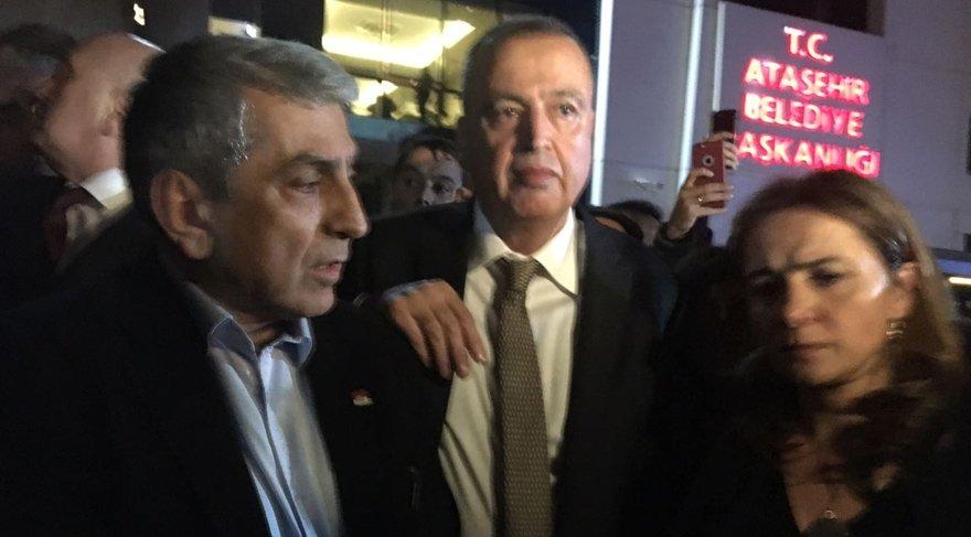 FOTO:SÖZCÜ - Başkan İlgezdi belediye binası önüne çıktı...