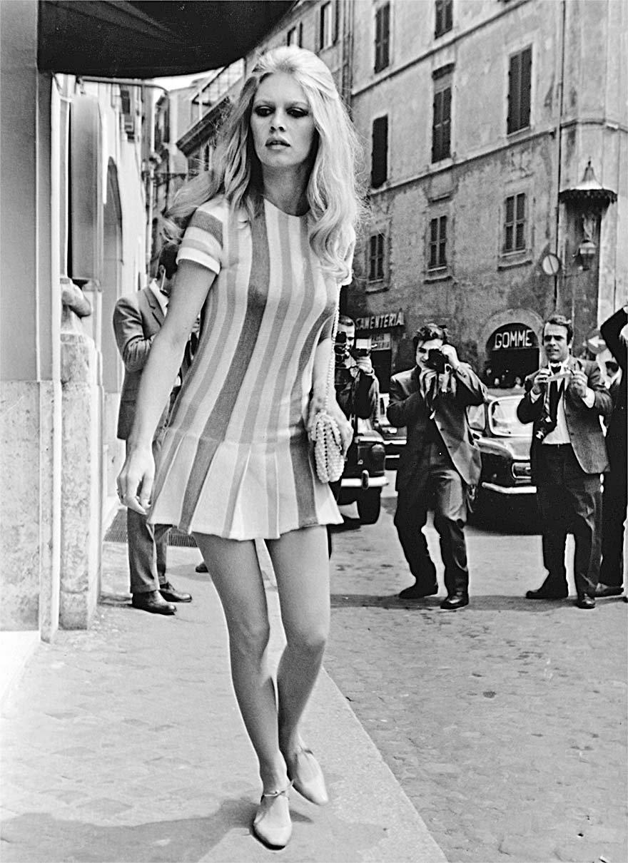 brigitte-bardot-romada-bir-otelden-ayrilirken-1965-fotograf-vittorio-la-verde