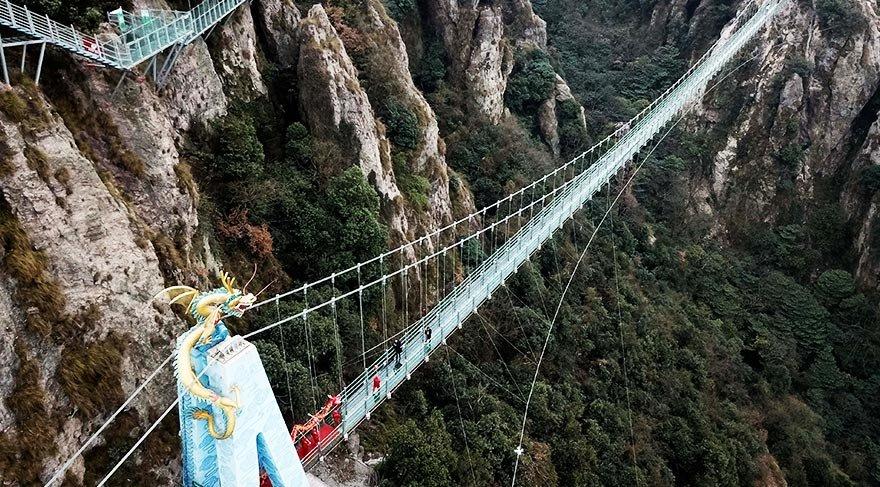 Çin'deki cam köprü açıldı