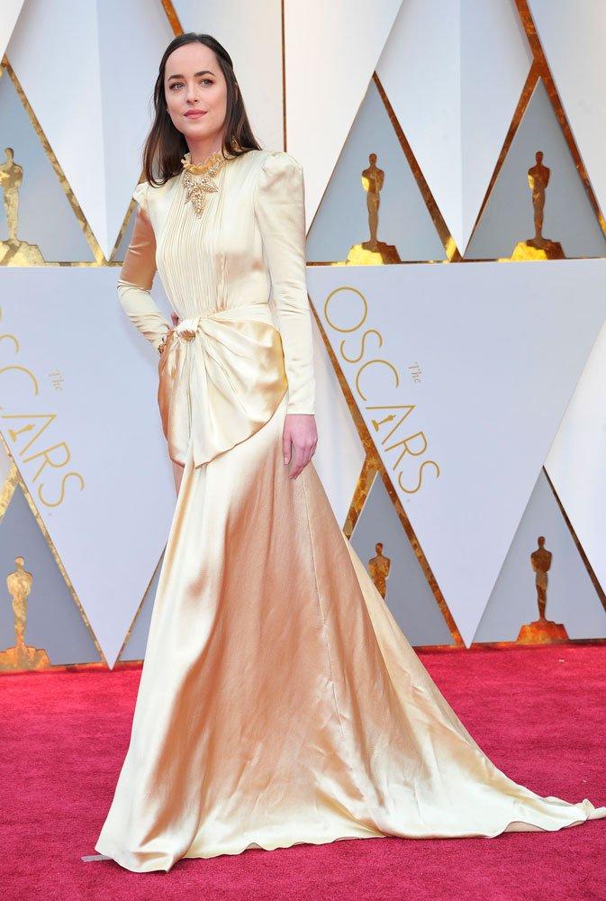 Kırmızı halıda her daim Gucci tasarımlarla görmeye alışık olduğumuz Dakota Johnson, yine Gucci bir elbise tercih etmişti.