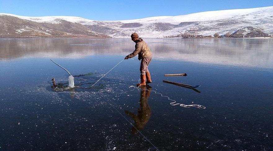 Eskimo usulü balık avlıyorlar