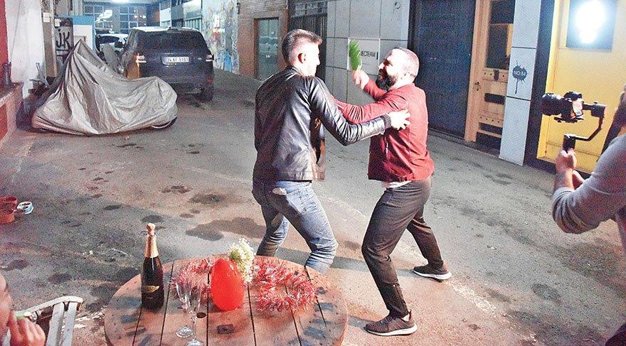 Sokak ortasında adam dövdü