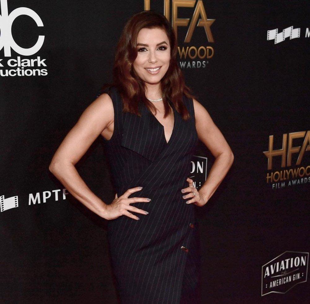 Hollywood Film Ödülleri'ne anvelop kapama çizgili bir elbise ile katıldı.