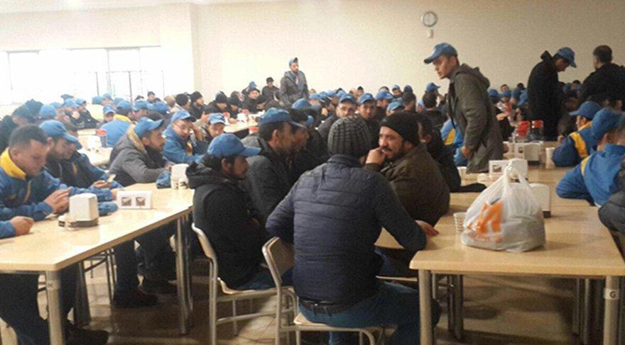 Grevdeki bazı işçiler yemekhanede. Fotoğraf: Lastik-İş