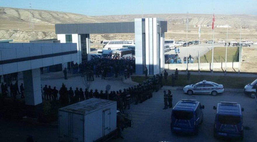 Fabrika önünde işçiler ve jandarma karşı karşıya. Fotoğraf: Sozcu.com.tr