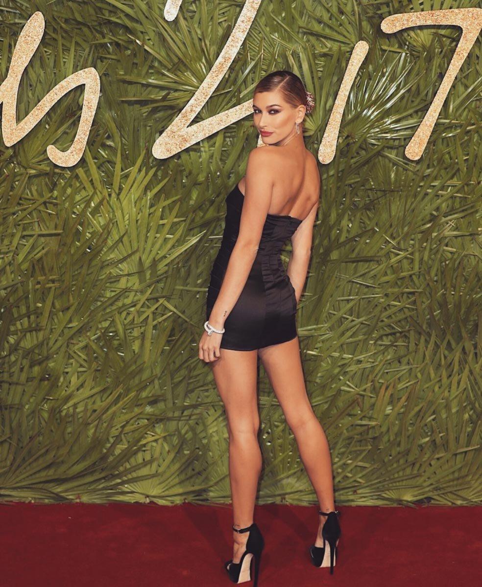 Hailey Baldwin, süper mini siyah Top Shop marka elbisesi ile çok seksi görünüyordu...