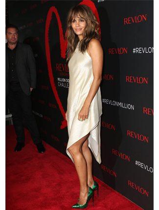 Versace tercihiyle moda severleri ikiye bölen Halle Berry 6'ncı sırada.