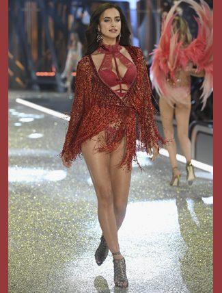 Irina Shayk ise gecenin en seksi kadınıydı. Versace derin bacak yırtmaçlı elbisesi ile göz doldurdu. Doğumdan sonra hızla verdiği kilolar ile gözden kaçmıyor...