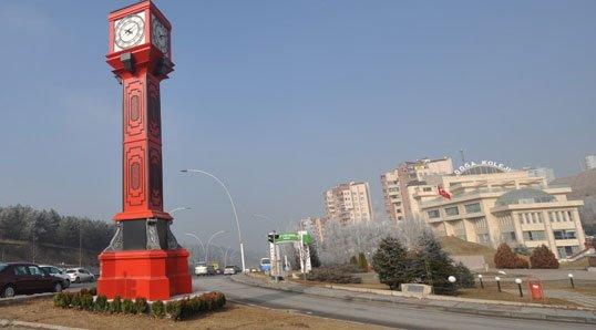 Kırmızı kule Kepekli Kavşağı'nda yer lan kuleler arasında yer alıyor.