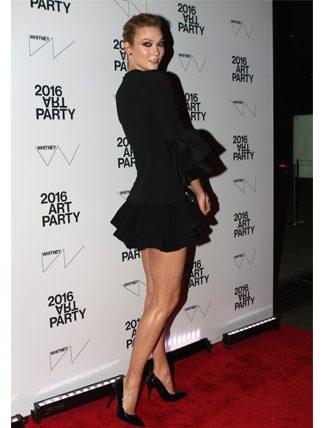 Karlie Kloss, kırmızı Vivienne Westwood elbisesi ile... Kendisini daha şık halleriyle de gördüğümüz için açıkçası bu kıyafeti pek de doğru bir seçim gibi gelmedi...