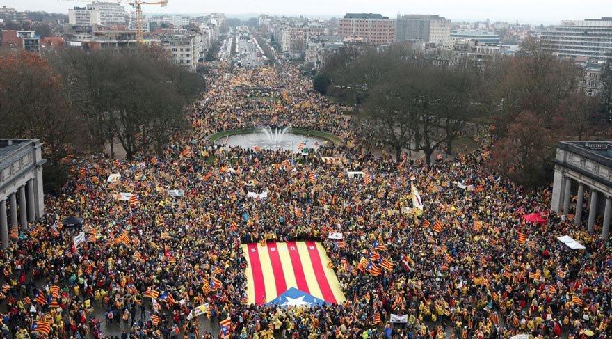Brüksel'de 45.000 kişi Puigdemont için gösteri yaptı