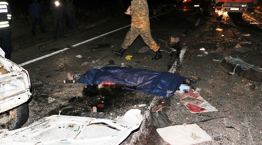 Feci kazada otomobil ikiye ayrıldı: Ölü ve yaralılar var