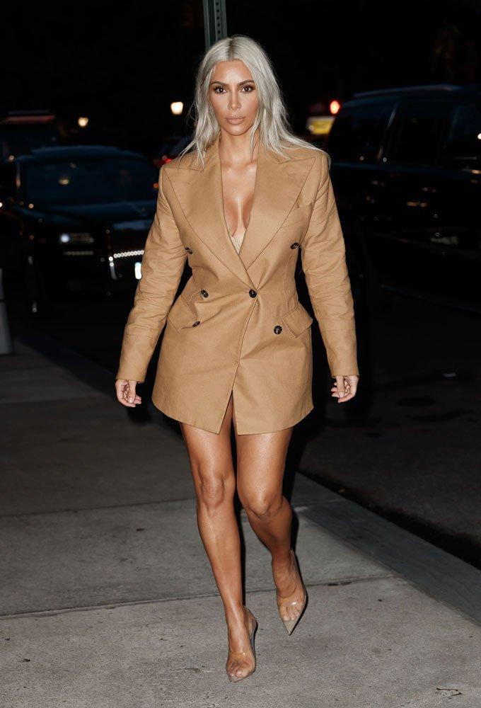 a16995081cad2 ... stil ikonlarının üzerinde gördüğümüz, bu yıl ise ünlü, ünsüz neredeyse  her kadının tercihi olan blazer ceket elbiseler 2018 kışının gözdesi olmaya  aday.