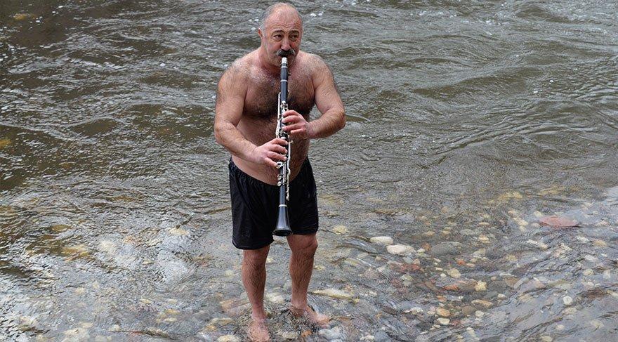 Eksi 5 derecedeki suda klarnet çalıp, türkü söyledi