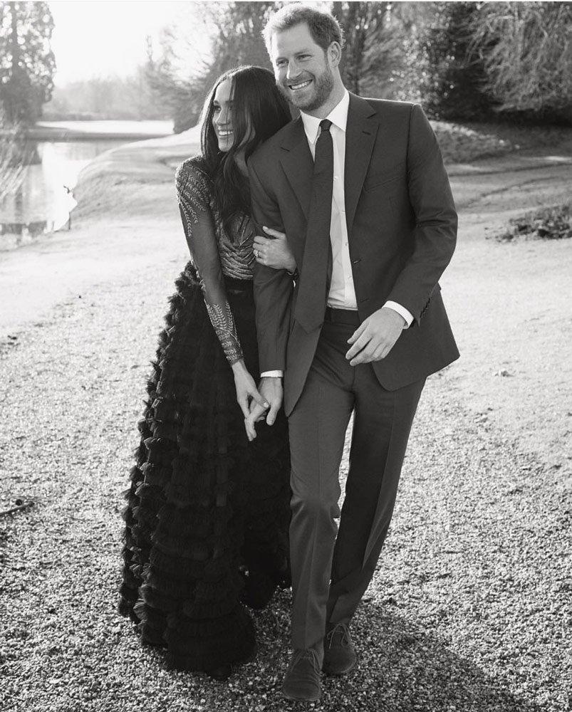 Meghan Markle, bir merdivende oturarak verdikleri pozda, Ralp&Russo'nun 2016-17 sonbahar kış koleksiyonundan, etek kısmı tütü, üst kısmı transparan bir elbise giydi. Siyah ipek tül elbisenin üzerindeki işlemeler, altın ip ile elde işlenmiş ve fiyatı da 3 bin 200 TL.