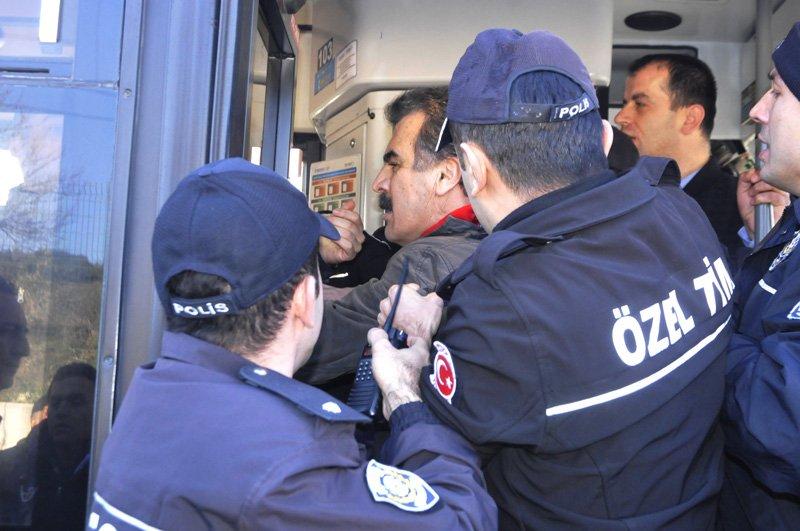 FOTO:DHA - 33 işçi gözaltına alındı.